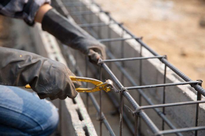 Ouvrier en train de travailler sur le montage d'un mur