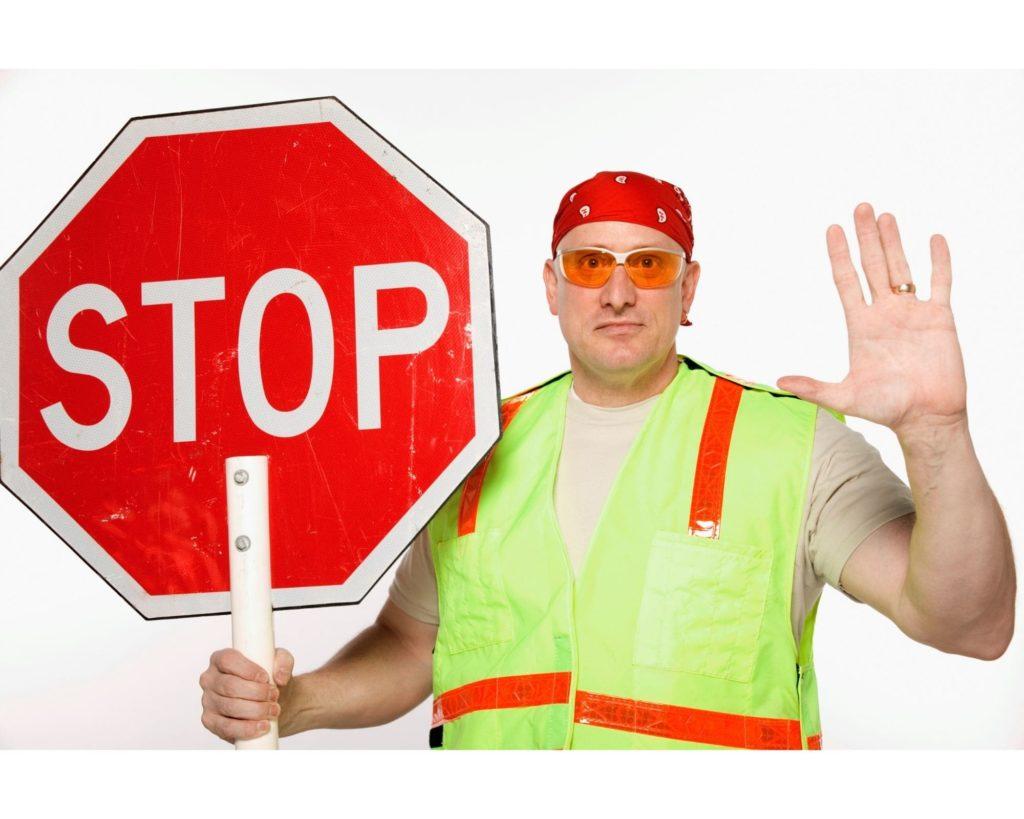 Ouvrier du bâtiment avec panneau stop dans les mains